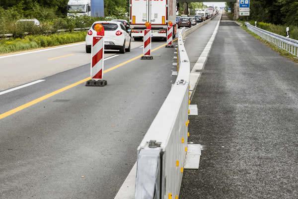 Absicherung eine Baustelle auf der Autobahn